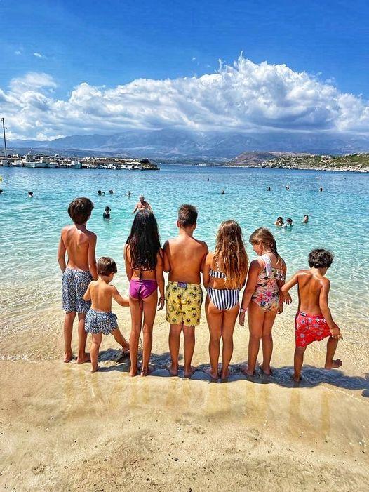 Η γιαγιά Ντόρα Μπακογιάννη πήγε για μπάνιο στη θάλασσα με τα 7 της εγγόνια και καμαρώνει (φωτό)