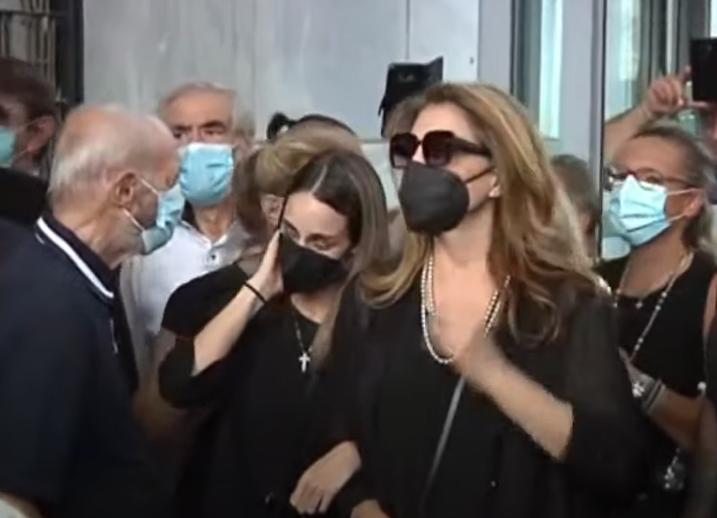 Τελευταίο αντίο στον Τόλη Βοσκόπουλο - Συντετριμμένη η κόρη του Μαρία ξέσπασε σε κλάματα (video)