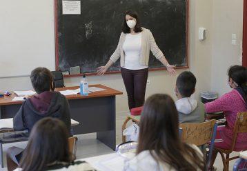"""Κεραμέως: """"Δεν θα κλείνουν τάξεις με το πρώτο κρούσμα - Εμβολιαστείτε για ασφάλεια στα σχολεία"""""""