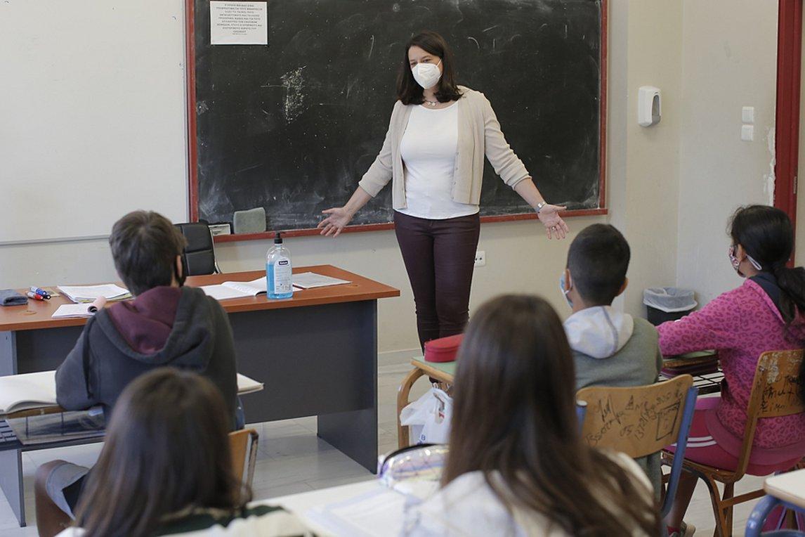 """Κεραμέως: """"Κανονικά τα σχολεία από τον Σεπτέμβριο"""" - Θα υπάρξουν κυρώσεις σε ανεμβολίαστους εκπαιδευτικούς;"""