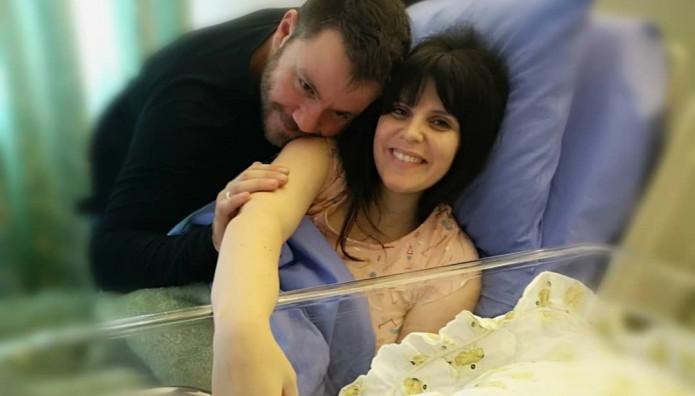 Ευτύχης Μπλέτσας & Ηλέκτρα Αστέρη έγιναν γονείς για δεύτερη φορά – Η φωτο με το νεογέννητο