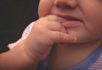 Παιδίατρος: Προσοχή στις μαργαριτοειδείς κύστες που ταλαιπωρούν συχνά τα μωράκια