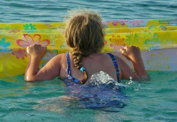 Πανικός στη Χαλκιδική: 6χρονη παρασύρθηκε με το στρώμα της από θαλάσσιο ρεύμα
