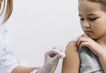 Η Εθνική Επιτροπή Εμβολιασμών προχώρησε προχθές σε ισχυρή σύσταση για τον εμβολιασμό των εφήβων 15 – 17 ετών και όσων πάσχουν από υποκείμενα νοσήματα. Πρόκειται ουσιαστικά για σύσταση προς τους γονείς ότι με βάση τα δεδομένα τα εμβόλια κατά του κορωνοϊού είναι ασφαλή και προστατεύουν τα παιδιά.