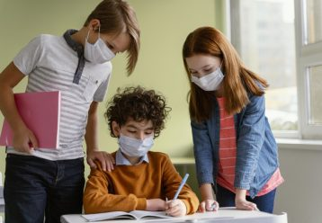"""Νέα δεδομένα στις ΗΠΑ: Εμβολιασμένοι μαθητές και εκπαιδευτικοί μπορούν να """"πετάξουν"""" τη μάσκα στο σχολείο"""