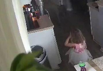 Η άμεση παρέμβαση 4χρονης έσωσε το σπίτι από φωτιά (σοκαριστικό βίντεο)