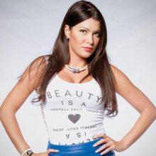 Κλέλια Ρένεση: Ποζάρει γυμνή αγκαλιά με την κόρη της και στέλνει ηχηρό μήνυμα κατά της κακοποίησης