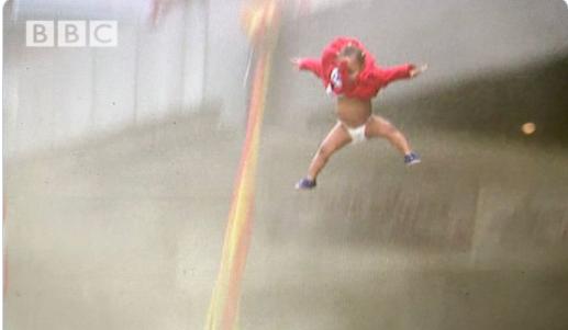 Πέταξε το παιδί της από φλεγόμενο κτίριο για να το σώσει – το έπιασαν περαστικοί! (σοκαριστικό βιντεο)