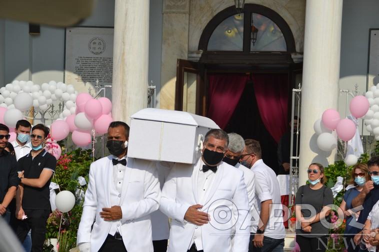 """Θλίψη και βουβός πόνος στο τελευταίο """"αντίο"""" στην 7χρονη Αναστασία – Ροζ μπαλόνια και λουλούδια για την νεραιδούλα"""