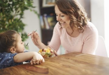 Kάθε φορά που μια μαμά ή μια γιαγιά πιέζει το παιδί να φάει, ασυνείδητα το πιέζει να δεχτεί την αγάπη της