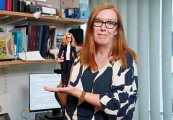 Η δημιουργός του εμβολίου της AstraZeneca έγινε... Barbie!
