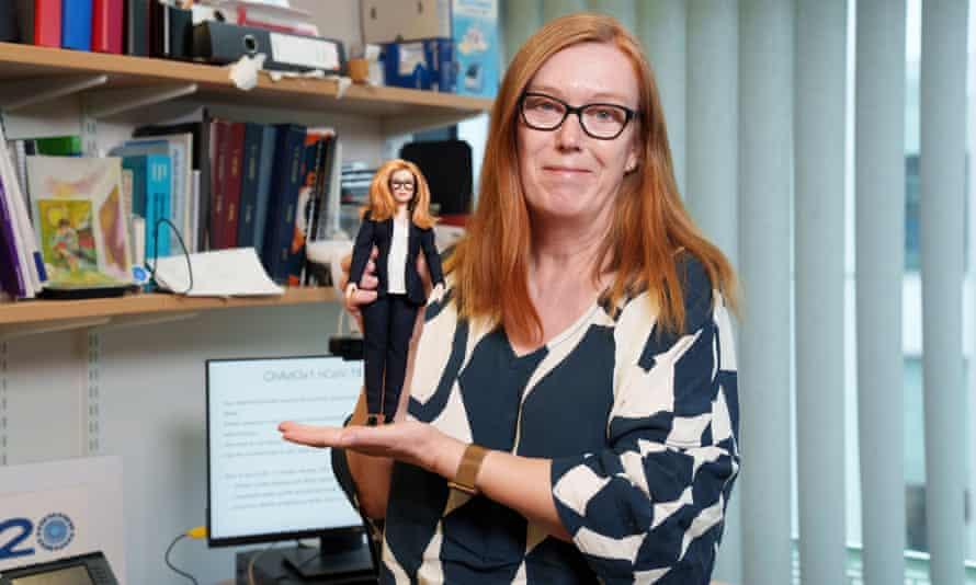 Η δημιουργός του εμβολίου της AstraZeneca έγινε… Barbie!