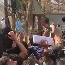 Καμπούλ: Απεγνωσμένες μάνες δίνουν τα μωρά τους σε βρετανούς στρατιώτες για να τα σώσουν
