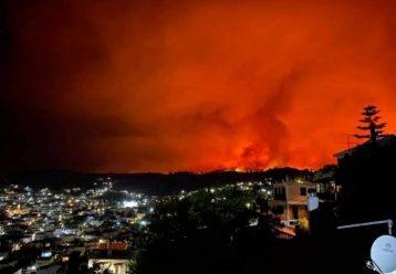 Δύσκολες ώρες στην Εύβοια - Εκκενώνεται το κάμπινγκ της Αγίας Άννας