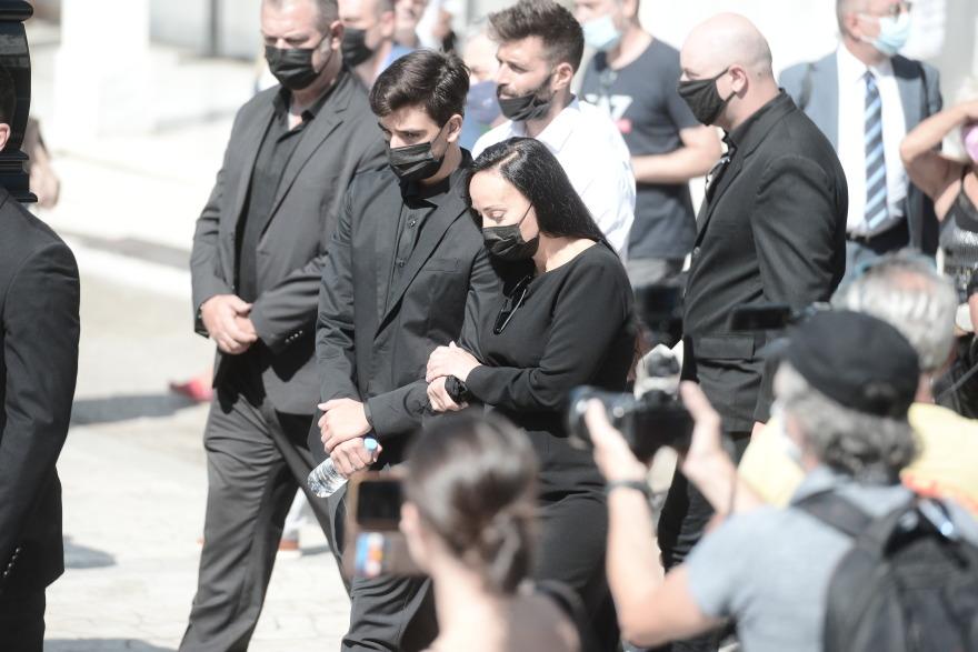 Θρήνος στη κηδεία του Άκη Τσοχατζόπουλου - Ο 14χρονος γιος του και η Βίκυ Σταμάτη λύγισαν (φωτό)