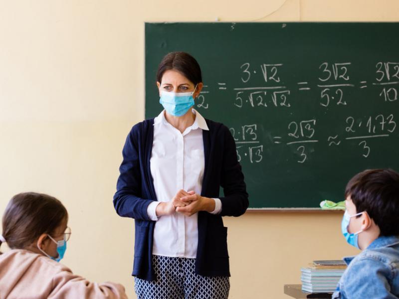 """Μακρή: """"Οι ανεμβολίαστοι εκπαιδευτικοί θα πληρώνουν από την τσέπη τους τα τεστ"""" – Τι θα ισχύσει φέτος στην τηλεκπαίδευση"""