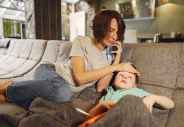 """Καμπανάκι παιδιάτρου για την νόσηση παιδιών με COVID: """"Προσοχή στο δυνατό πόνο στο στήθος και τον πυρετό"""""""