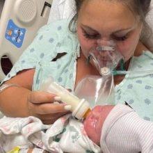 Μητέρα κρατά για λίγα λεπτά το μωρό της αγκαλιά πριν πεθάνει