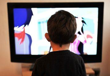"""Αν πρόκειται να """"παρκάρεις"""" το παιδί σε μια οθόνη προτίμησε αυτή να είναι η τηλεόραση"""