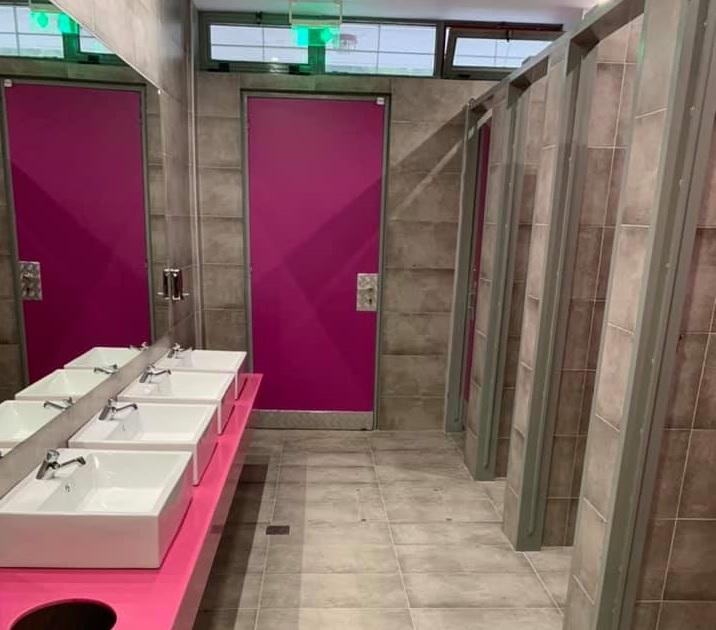Μαντέψτε σε ποιο δημόσιο σχολείο της Αττικής υπάρχουν αυτές είναι οι μοντέρνες πολύχρωμες τουαλέτες