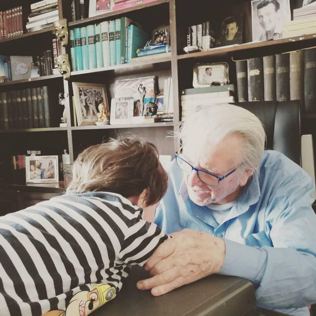 Ο Φοίβος Βούτσας πήρε στο Νηπιαγωγείο μια κορνίζα με τον μπαμπά Κωστα για έναν τρυφερό λόγο