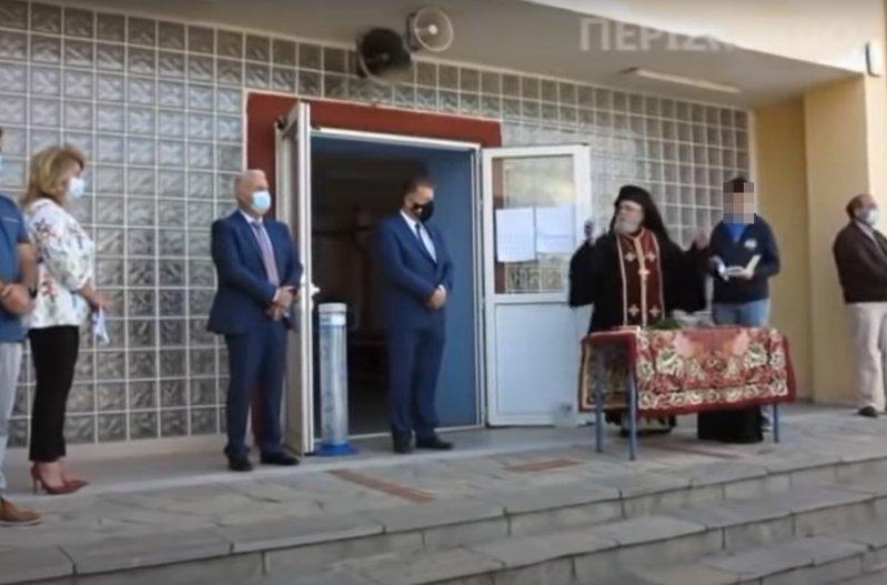"""""""Χαμός"""" σε αγιασμό σε σχολείο της Β. Ελλάδας - «Να κρατάω τον σταυρό και να φοράω μάσκα;» (video)"""