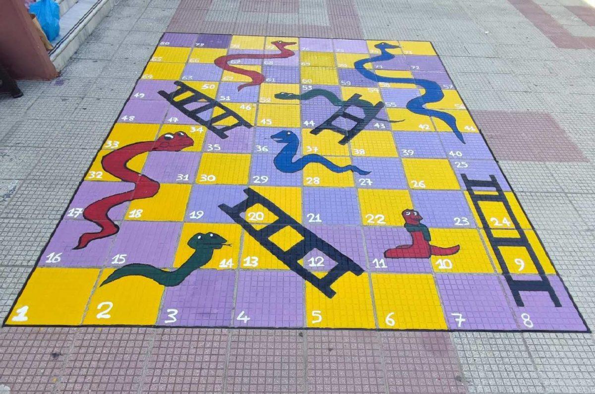 Το προαύλιο αυτού του ελληνικού δημόσιου σχολείου γέμισε με ζωγραφισμένα παιχνίδια και οι μαθητές ενθουσιάστηκαν