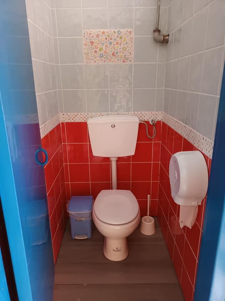 """Οι τουαλέτες αυτού του δημόσιου σχολείου στον Πειραιά """"πλημμύρισαν"""" από χρώμα χάρη στους γονείς!"""