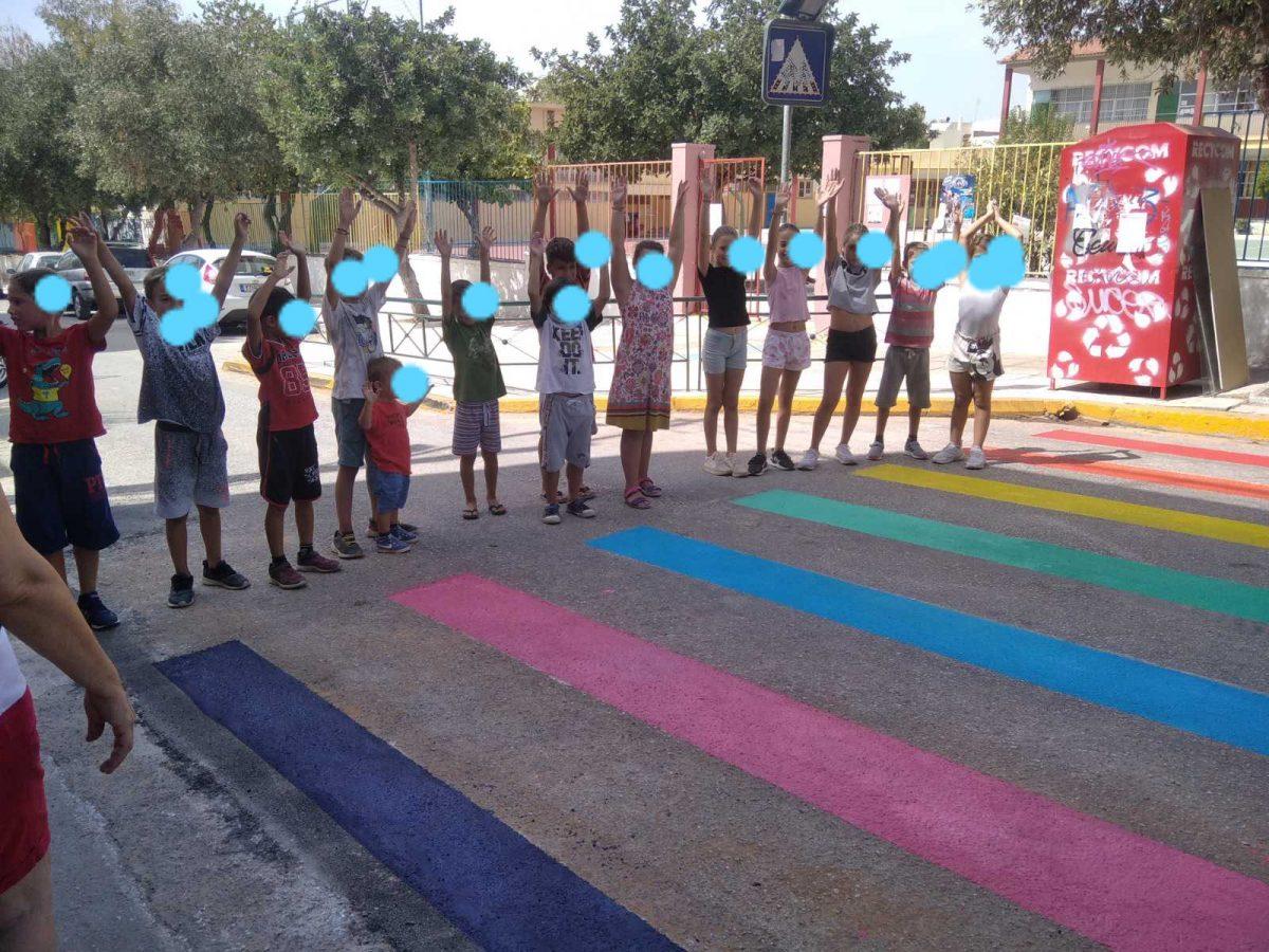 Οι μαθητές πήραν τα πινέλα ανά χείρας και το σχολείο τους απέκτησε μια πολύχρωμη διάβαση!