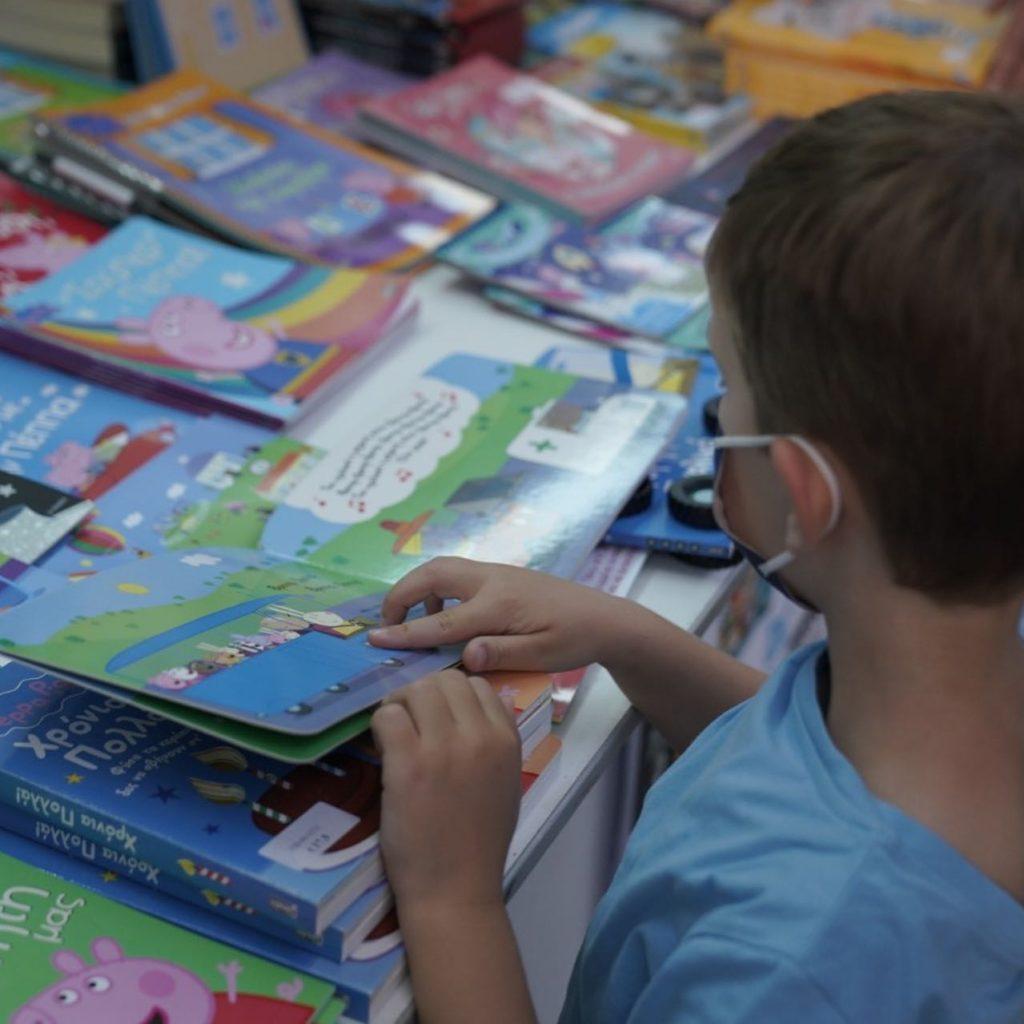 Η βόλτα της Νίκης Κεραμέως με τον 5χρονο γιο της στο Φεστιβάλ Βιβλίου στο Ζάππειο (φωτό)