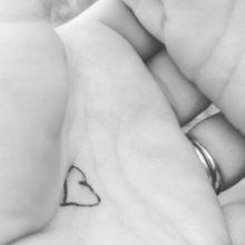 """Το """"κουμπί της αγκαλιάς"""": Το κόλπο μιας μαμάς για να μην στεναχωριέται το παιδί τις πρώτες μέρες στο σχολείο"""
