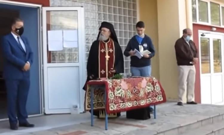 Χαμός σε αγιασμό σε σχολείο της Β. Ελλάδας – «Να κρατάω τον σταυρό και να φοράω μάσκα;» (video)