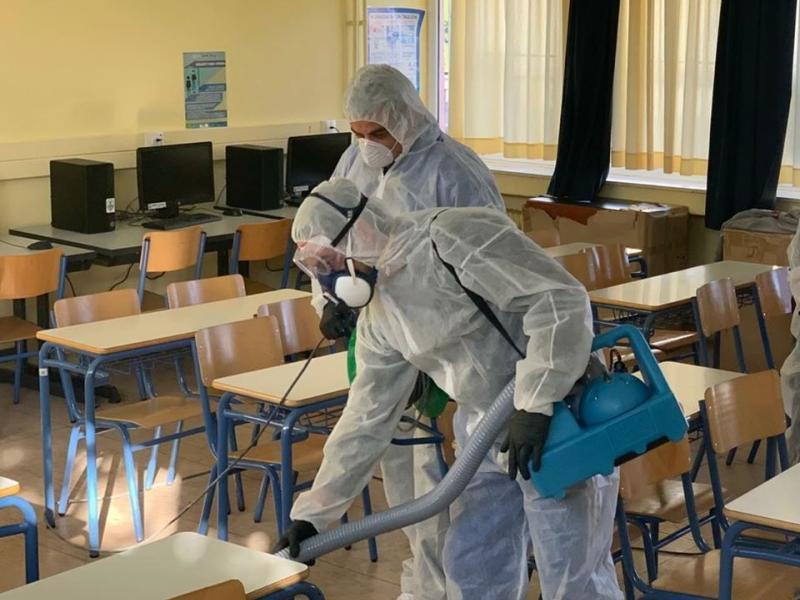Mε προληπτικές απολυμάνσεις οι Δήμοι πασχίζουν να κρατήσουν ανοιχτά τα σχολεία υπό το φόβο κρουσμάτων