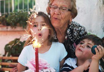 """""""Να κοιμηθώ στη γιαγιά απόψε;"""": Ένας ύμνος στις ωραιότερες αναμνήσεις των παιδικών μας χρόνων"""