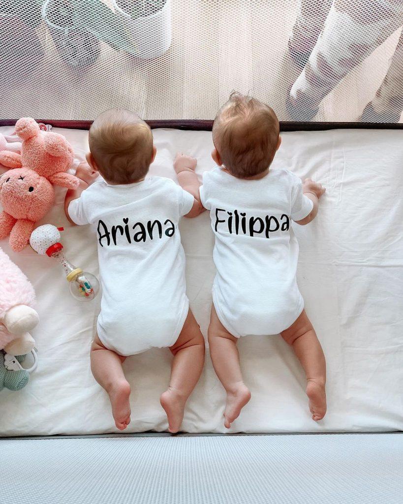Ο Σάκης Τανιμανίδης και η Χριστίνα Μπόμπα επέλεξαν αρκετά πρωτότυπα ονόματα για τις δίδυμες κόρες τους.
