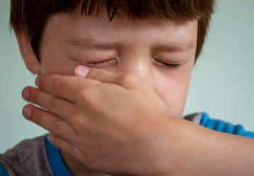 """""""Τα αγόρια δεν κλαίνε"""": Αγορογονείς, σταματήστε να λέτε αυτή τη φράση γιατί μόνο κακό κάνετε στα παιδιά"""