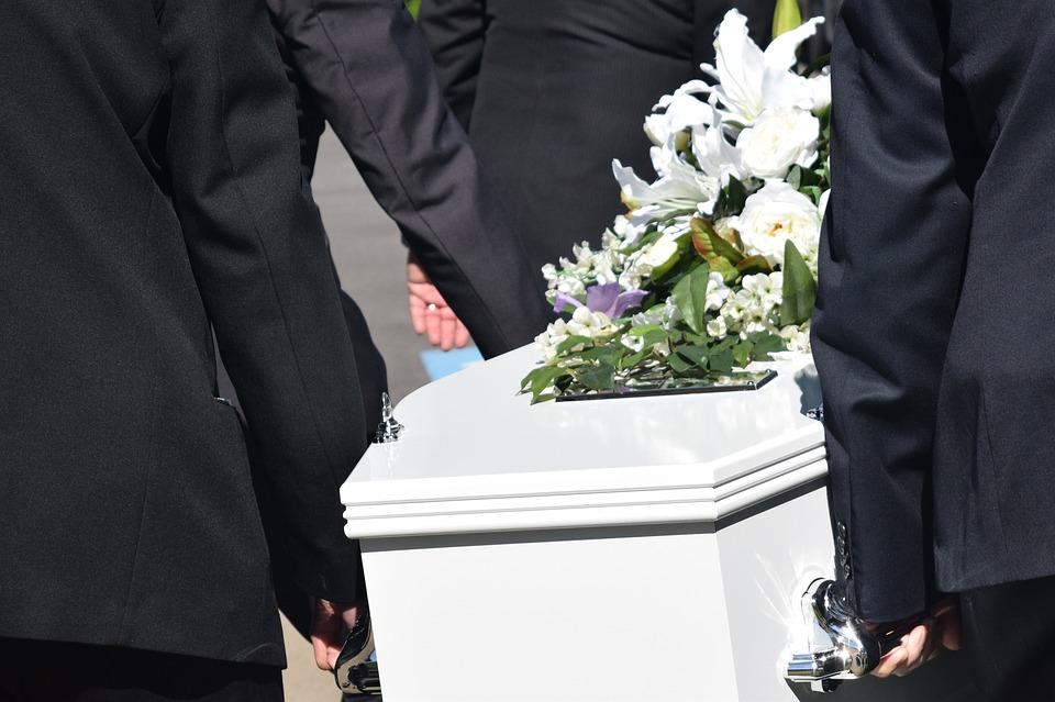 """Αγρίνιο: Το τελευταίο """"αντίο"""" στον 14χρονο Βαγγέλη που έπεσε από το μπαλκόνι του σπιτιού"""