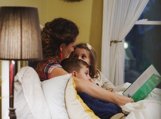 Οι επιστήμονες βρήκαν πως κάτι μαγικό συμβαίνει όταν διαβάζουμε μια ιστορία στα παιδιά μας!