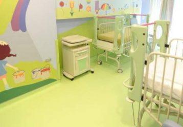 Καμπανάκι για τα κρούσματα στα παιδιά: Σε ΜΕΘ Covid νοσηλεύεται 2 μηνών βρέφος