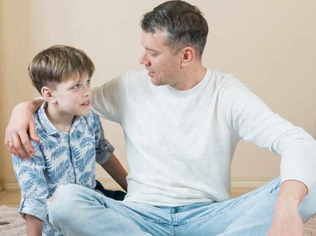 Πώς και γιατί πρέπει οι μπαμπάδες να μιλήσουν στα αγόρια για την απόρριψη