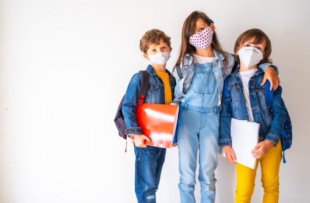 """Παιδίατρος: """"Πώς μιλάμε για σωστή χρήση μάσκας, όταν τα θρανία μπρος και πίσω από το κρούσμα, απέχουν λιγότερο από μισό μέτρο;"""""""