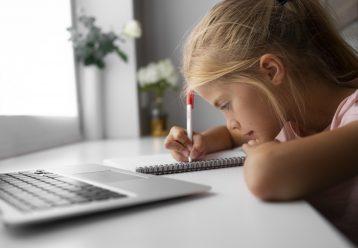 Η νέα σχολική χρονιά 2021 -22 ξεκινά την Δευτέρα 13 Σεπτεμβρίου και το Υπουργείο Παιδείας ανακοίνωσε τι θα ισχύσει για το καθεστώς τηλεκπαίδευσης καθώς και για το ποιοι μαθητές δικαιούνται να μην παρακολουθούν τα μαθήματα δια ζώσης.