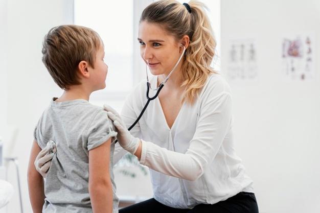 Ανατροπή για τα rapid test - Τι θα ισχύει τελικά με τους γονείς που συνοδεύουν παιδιά στα παιδιατρεία