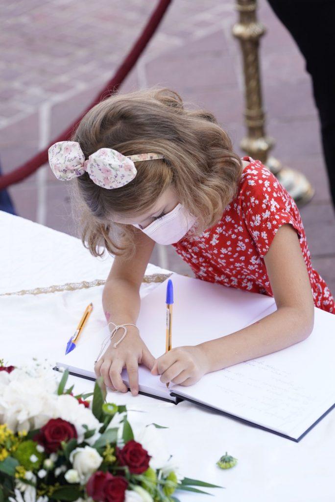 """""""Σε αγαπάμε φίλε μας"""": Το συγκινητικό μήνυμα που έγραψε κοριτσάκι στο """"αντίο"""" του Μίκη Θεοδωράκη"""