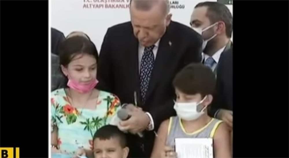 Η άκομψη χειρονομία του Ταγίπ Ερντογάν που εκνευρίστηκε με μικρό παιδί (βίντεο)