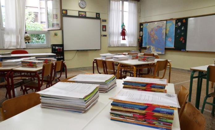 Υπ. Παιδείας: Νέα λουκέτα σε τάξεις λόγω κρουσμάτων - Καθησυχαστική η κυβέρνηση για τη νόσηση μαθητών