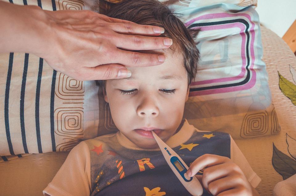 O παιδίατρος εξηγεί: Όλα όσα πρέπει να ξέρουν οι γονείς για τον πυρετό στα παιδιά – Οι 7 SOS συμβουλές