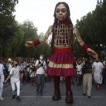 Υπό τους ήχους του τραγουδιού «Άσμα Ασμάτων» η περιπλάνηση της μικρής Αμάλ στην Αθήνα