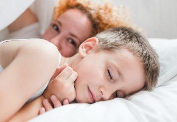 """Το να ξαπλώνεις δίπλα στο παιδί σου μέχρι να αποκοιμηθεί δεν είναι """"κακή συνήθεια"""""""