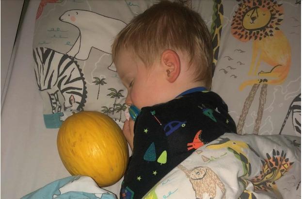 «Το παιδί μου δεν μπορεί να κοιμηθεί αν δεν πάρει αγκαλιά… ένα πεπόνι»
